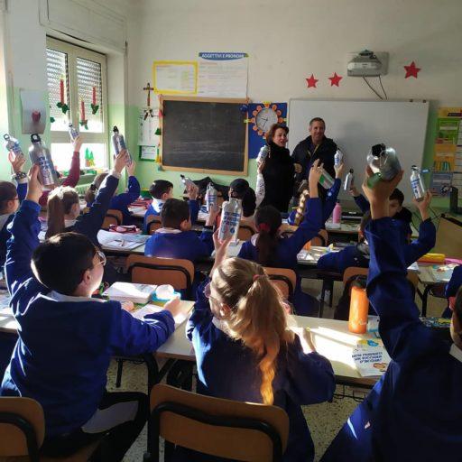 Distribuzione Borracce scuola elementare Barra